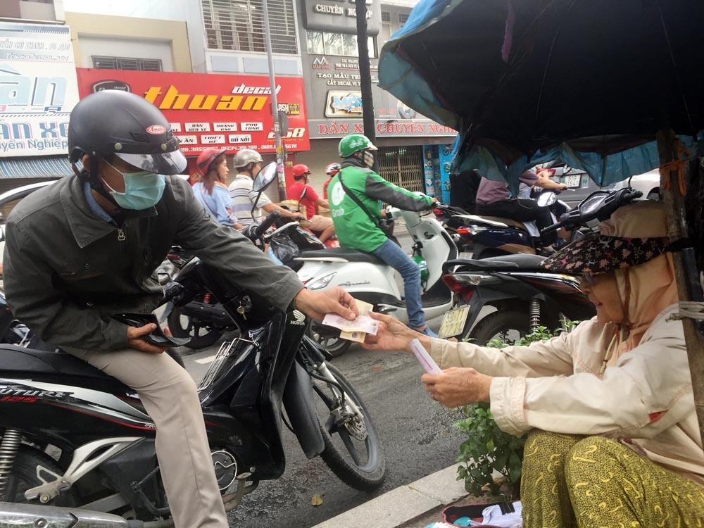 Người phụ nữ Sài Gòn một thời giàu có, 94 tuổi sống gầm cầu, bán vé số - Ảnh 2