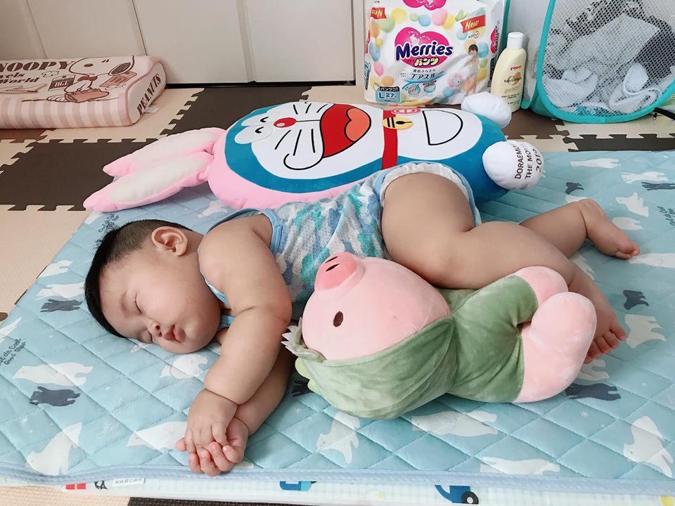 Muôn vàn tư thế ngủ của em bé 'sumo' khiến cư dân mạng không ngừng 'thả tim' - Ảnh 2