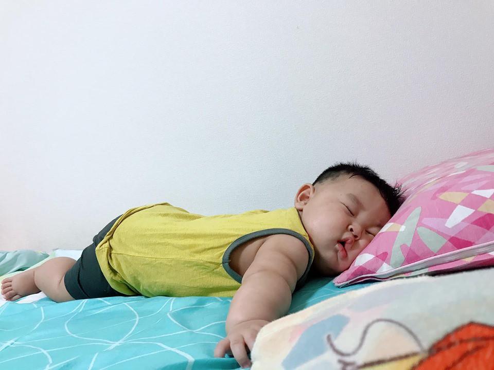 Muôn vàn tư thế ngủ của em bé 'sumo' khiến cư dân mạng không ngừng 'thả tim' - Ảnh 3