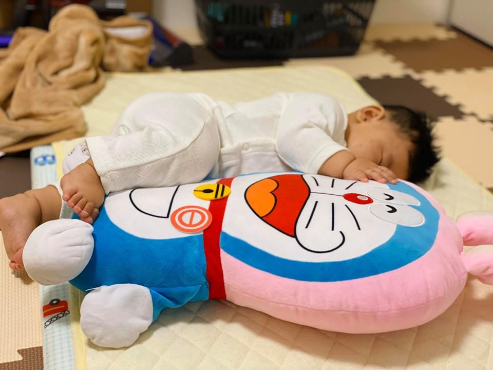 Muôn vàn tư thế ngủ của em bé 'sumo' khiến cư dân mạng không ngừng 'thả tim' - Ảnh 4