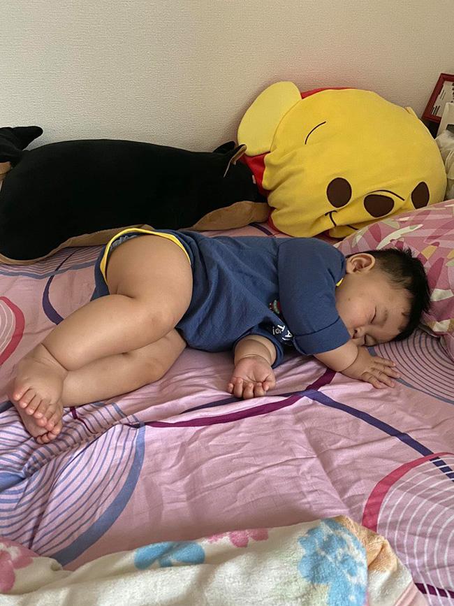 Muôn vàn tư thế ngủ của em bé 'sumo' khiến cư dân mạng không ngừng 'thả tim' - Ảnh 6