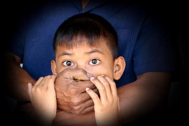 Bé trai 9 tuổi bị bắt cóc vì lời dụ dỗ của kẻ lạ mặt và nguyên tắc cần biết để bảo vệ con - Ảnh 1