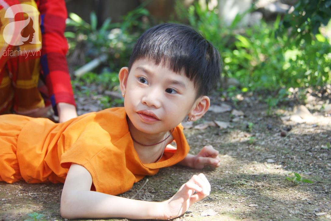 Bố bỏ từ khi chưa sinh ra, bé gái 5 tuổi bại não sống cùng người mẹ tật nguyền cầu xin một lần được chữa bệnh - Ảnh 4