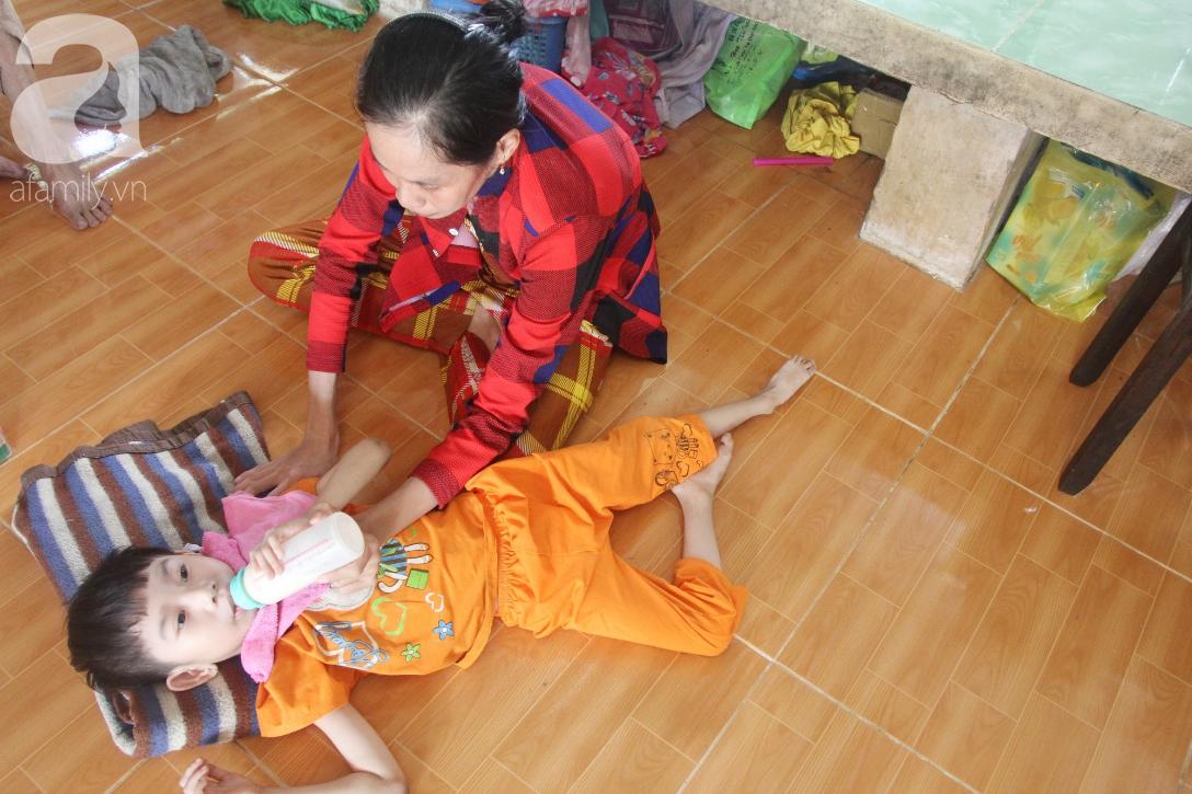 Bố bỏ từ khi chưa sinh ra, bé gái 5 tuổi bại não sống cùng người mẹ tật nguyền cầu xin một lần được chữa bệnh - Ảnh 9