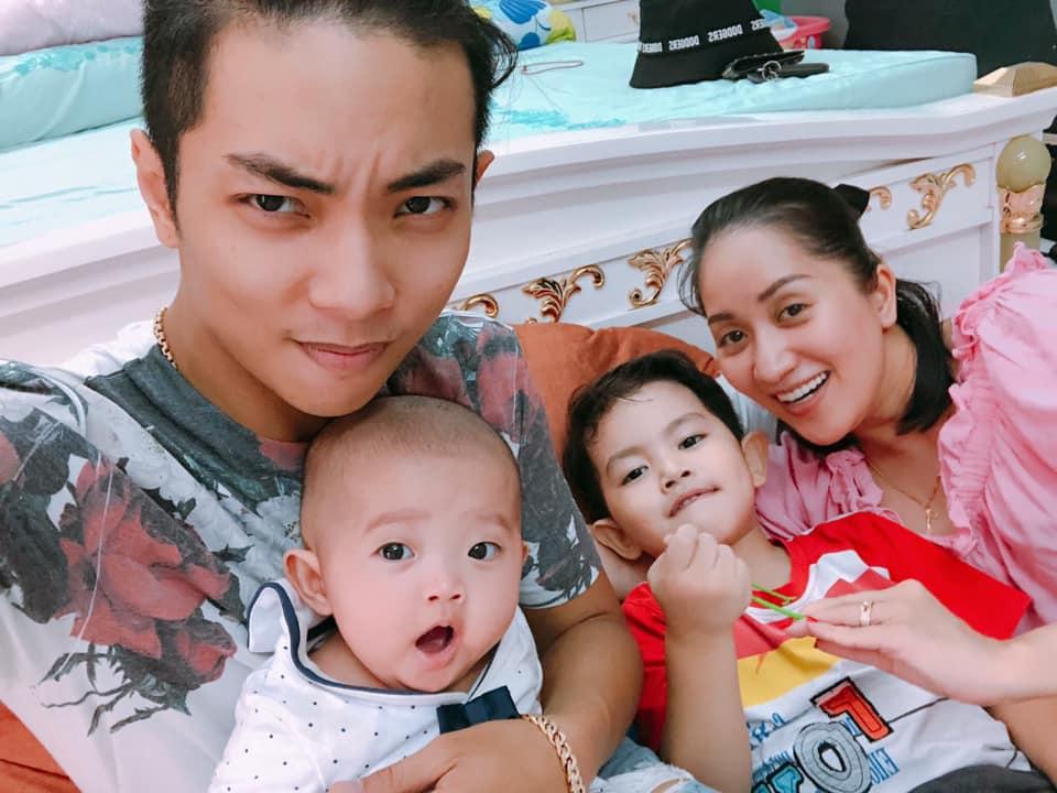 Khoe con gái mũm mĩm, Phan Hiển được khen là ông chồng 'dẻo miệng' nhất năm khi nịnh vợ cực ngọt - Ảnh 1