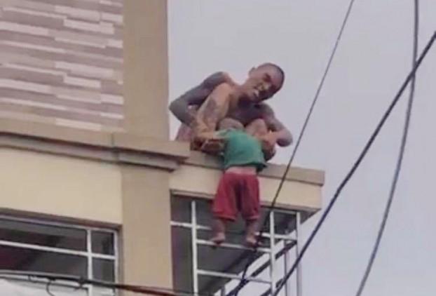 Tình hình hiện tại của bé trai bị bố ruột ném từ mái nhà xuống ở Nghệ An - Ảnh 1