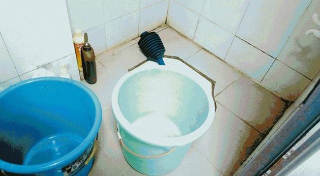 Mải ăn cơm trưa, cha mẹ để con 14 tháng tuổi chết đuối thương tâm trong xô nước nhà tắm - Ảnh 1
