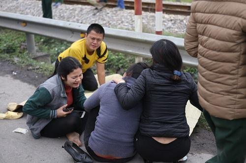 Vụ tai nạn Hải Dương: Buốt lòng cảnh người thân khóc ngất bên thi thể 8 nạn nhân trong chiều đông lạnh buốt - Ảnh 3