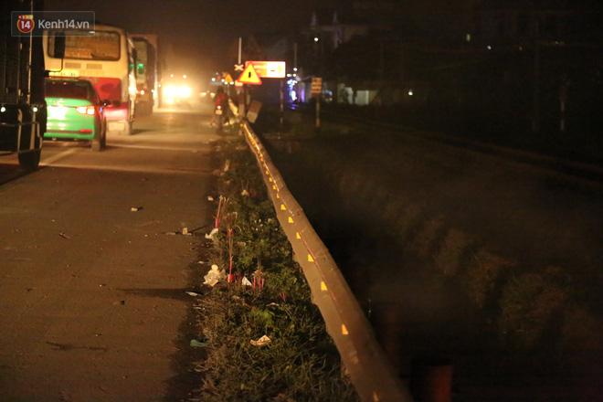 Cảnh tượng khói hương nghi ngút tại hiện trường vụ tai nạn khiến 8 người tử vong ở Hải Dương khiến nhiều người qua đường xót xa - Ảnh 2
