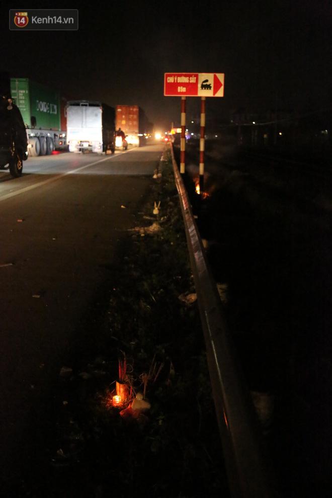 Cảnh tượng khói hương nghi ngút tại hiện trường vụ tai nạn khiến 8 người tử vong ở Hải Dương khiến nhiều người qua đường xót xa - Ảnh 5
