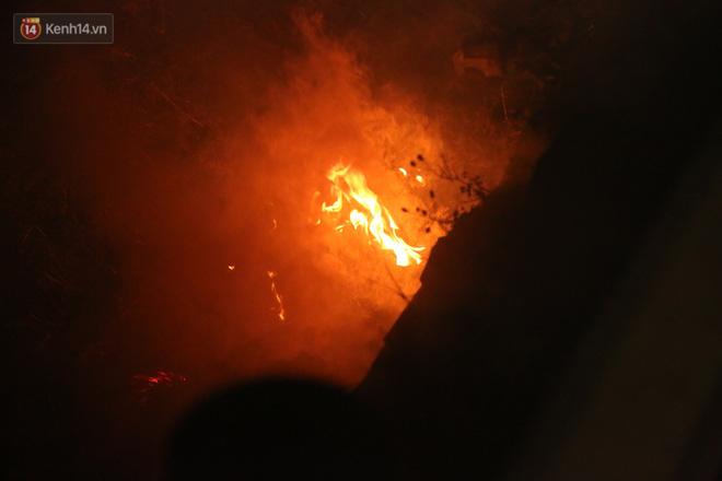 Cảnh tượng khói hương nghi ngút tại hiện trường vụ tai nạn khiến 8 người tử vong ở Hải Dương khiến nhiều người qua đường xót xa - Ảnh 6