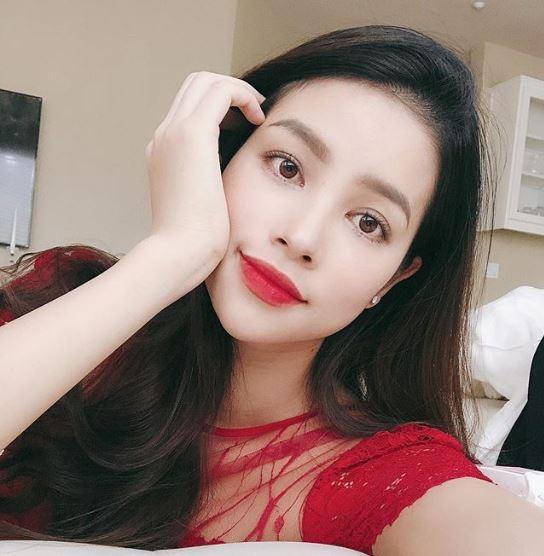 Hoa hậu Phạm Hương khoe ảnh 'hồn nhiên tuổi 13', anti-fan vào 'phản dame' cực gắt - Ảnh 1