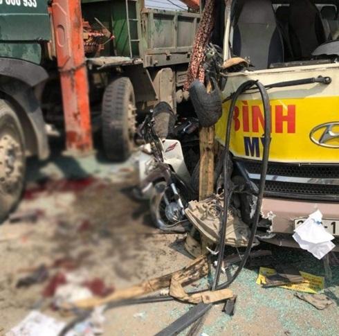 Kinh hoàng cảnh xe khách 29 chỗ va chạm với container và xe tải, nhiều người thương vong - Ảnh 2
