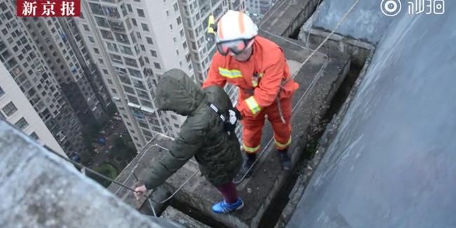 Nhất quyết không chịu đến trường, bé trai 8 tuổi trèo lên mép tòa nhà 33 tầng và đứng khóc lóc sụt sùi - Ảnh 1
