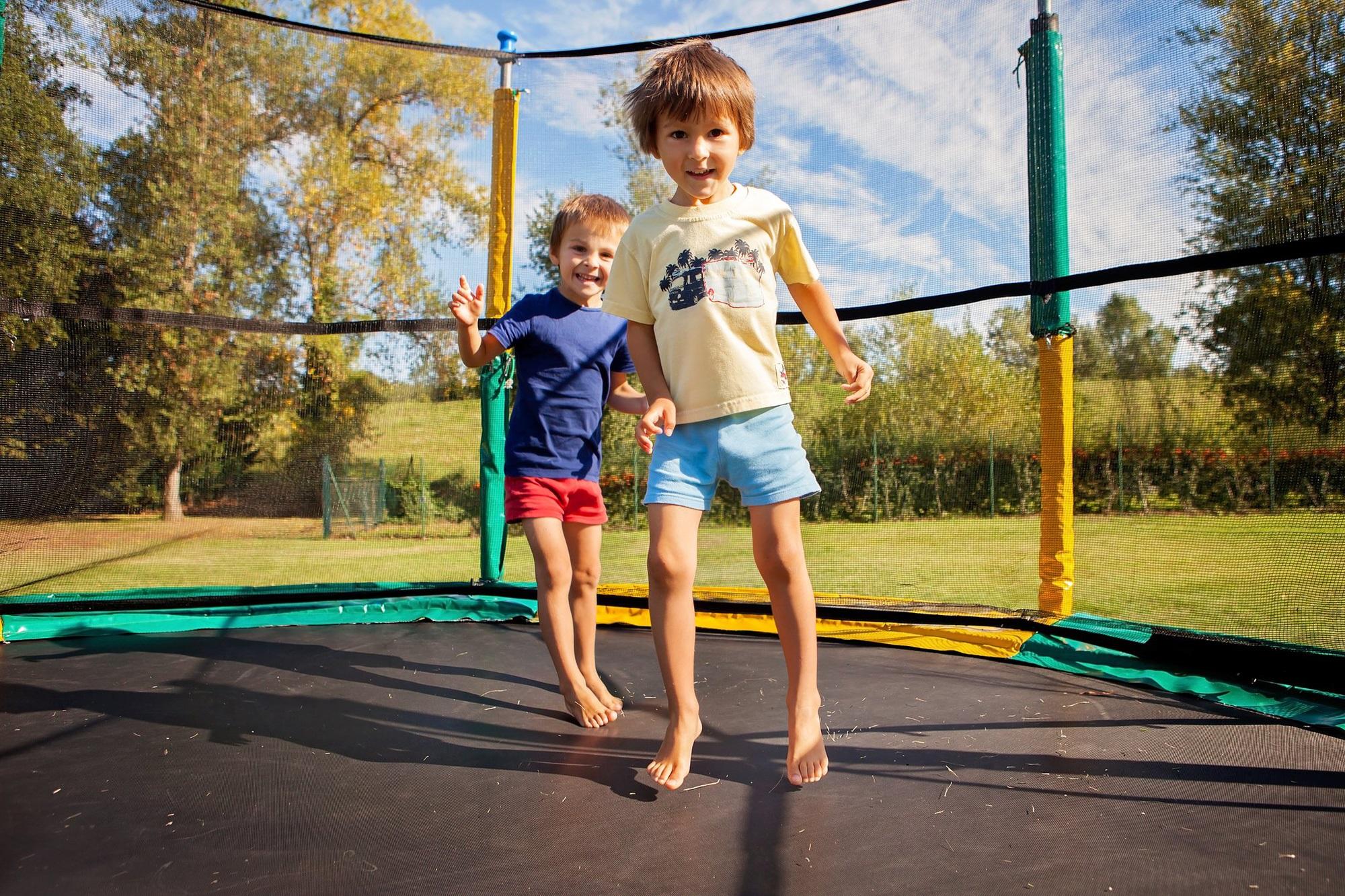 Bé trai 3 tuổi bị gãy xương đùi sau khi nhảy trên bạt nhún lò xo trong khu vui chơi giải trí - Ảnh 3