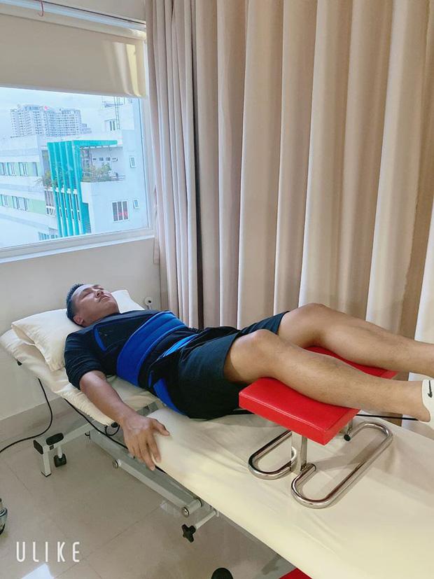 Châu Khải Phong bất ngờ nhập viện vì gặp chấn thương, ngã lệch đĩa đệm lưng khi đang quay MV - Ảnh 1