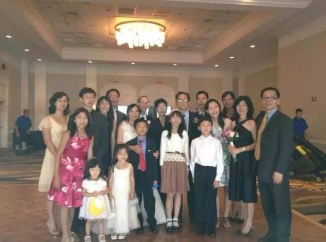 Gia đình 8 người chen chúc trong căn nhà 16m2, nhiều năm sau cuộc đời họ thay đổi hoàn toàn, nổi tiếng cả thế giới nhờ 1 điều - Ảnh 1