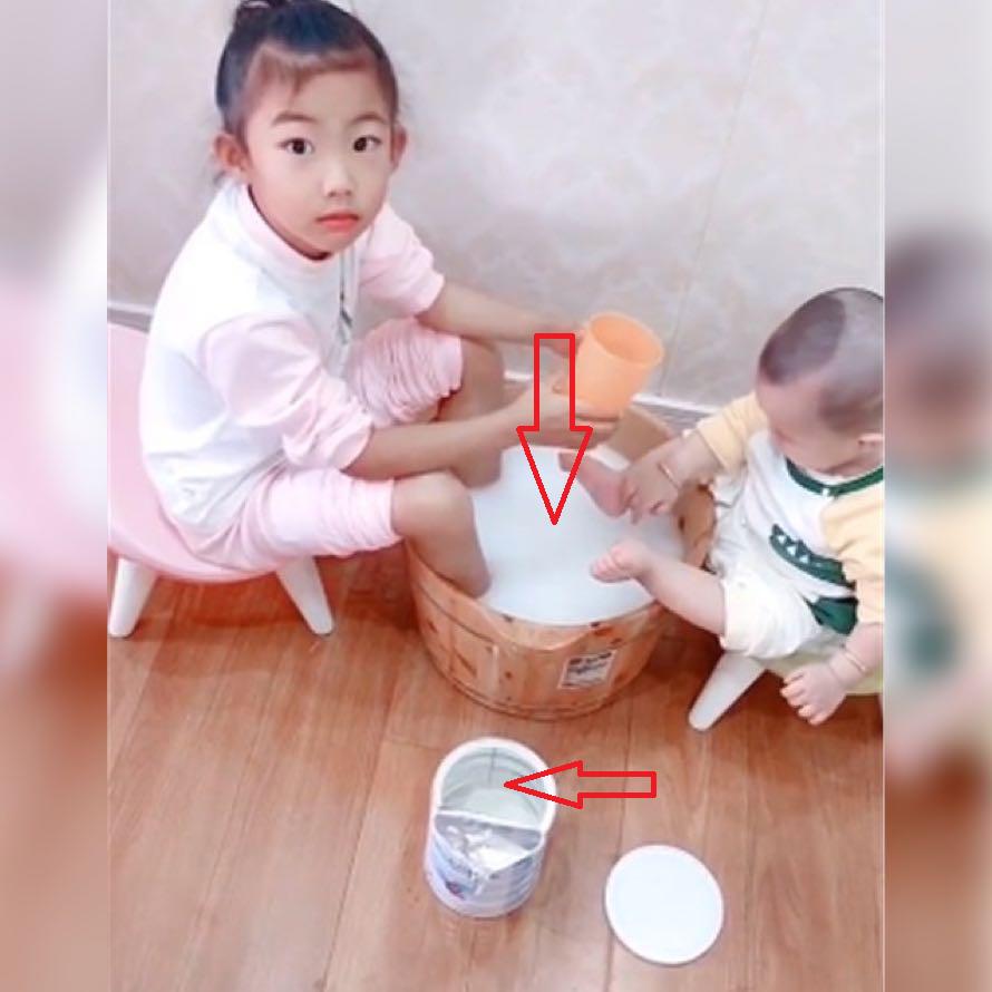 Thấy hai con ngồi ngâm chân thư giãn, mẹ đang định khen ngoan bỗng giật thót tim khi nhìn hộp sữa bột vơi quá nửa để ngay bên cạnh - Ảnh 1