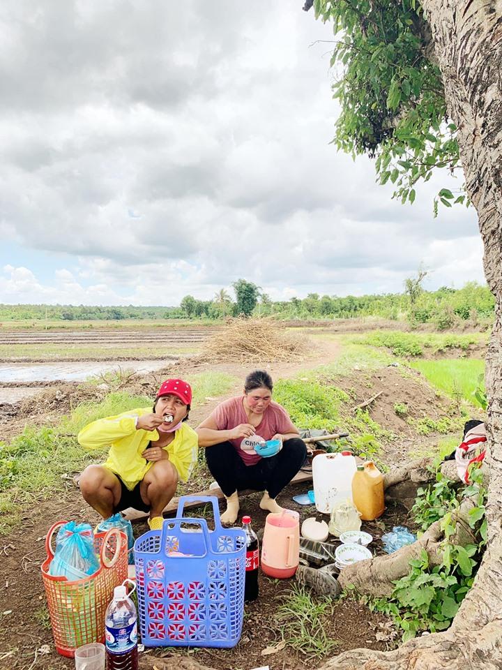 'Phát sốt' với hình ảnh H'Hen Niê bì bõm lội ruộng làm đồng, ngồi chồm hổm ăn cơm với cá khô - Ảnh 3