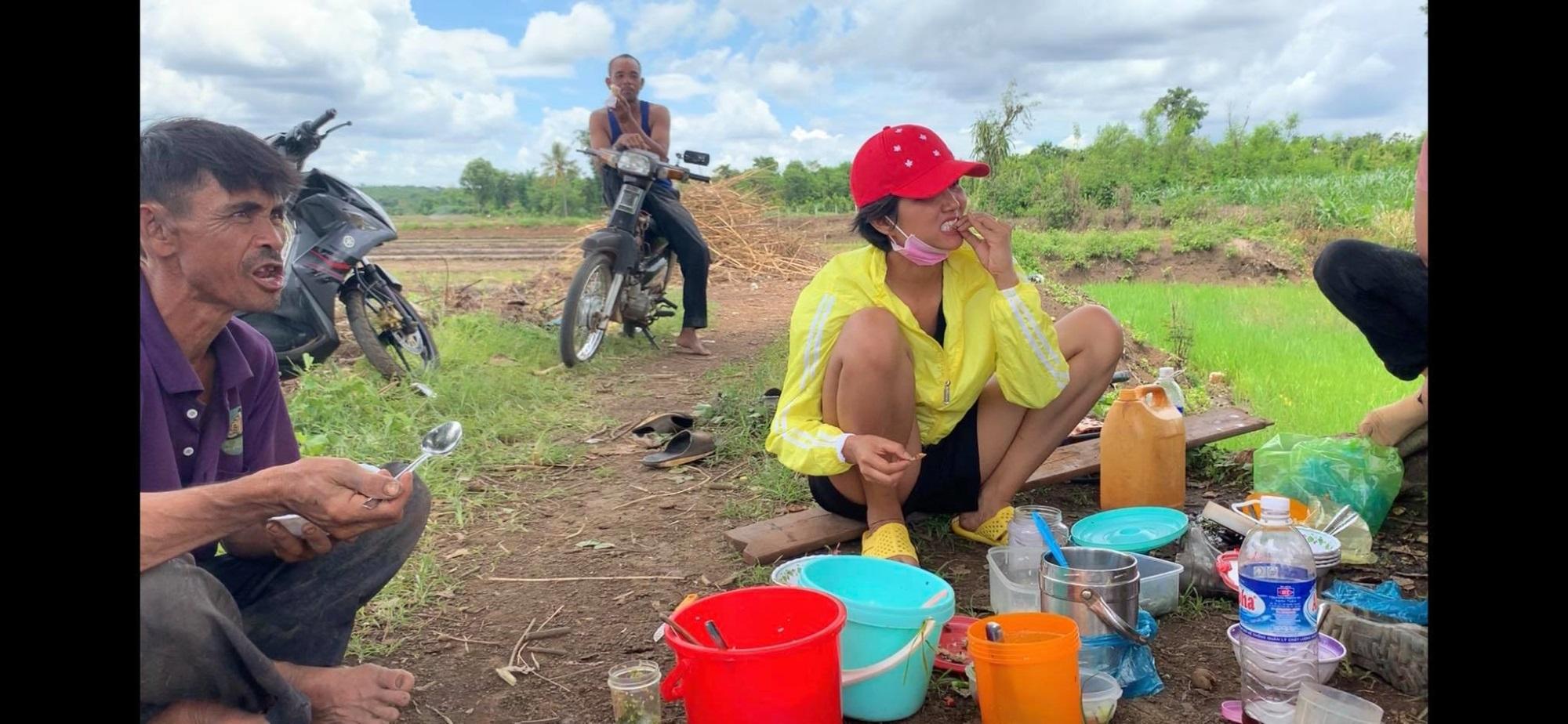 'Phát sốt' với hình ảnh H'Hen Niê bì bõm lội ruộng làm đồng, ngồi chồm hổm ăn cơm với cá khô - Ảnh 4