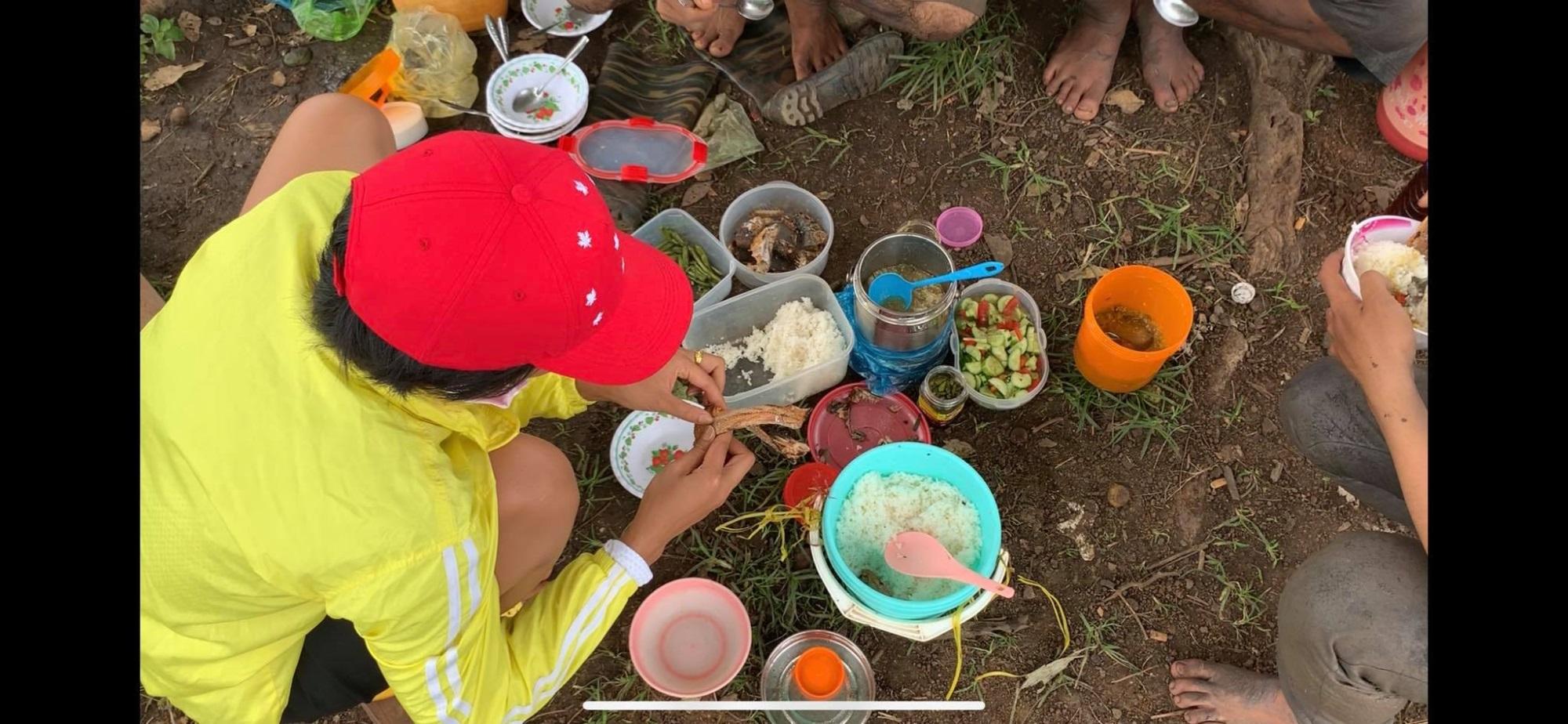 'Phát sốt' với hình ảnh H'Hen Niê bì bõm lội ruộng làm đồng, ngồi chồm hổm ăn cơm với cá khô - Ảnh 5