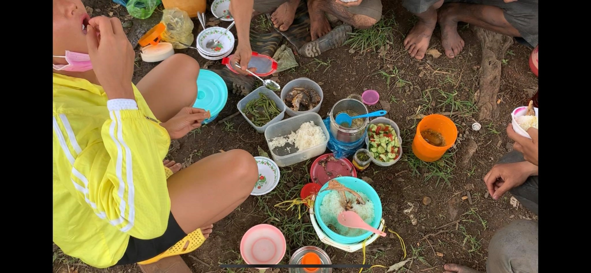 'Phát sốt' với hình ảnh H'Hen Niê bì bõm lội ruộng làm đồng, ngồi chồm hổm ăn cơm với cá khô - Ảnh 6