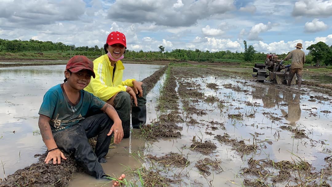 'Phát sốt' với hình ảnh H'Hen Niê bì bõm lội ruộng làm đồng, ngồi chồm hổm ăn cơm với cá khô - Ảnh 2
