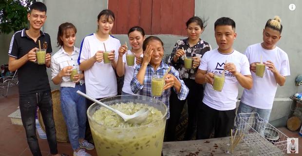 """Bà Tân tung video làm cốc rau má đậu xanh siêu to khổng lồ, nhưng thứ mà dân mạng chú ý nhất lại là một câu """"lỡ lời"""" của Hưng Vlog - Ảnh 10"""