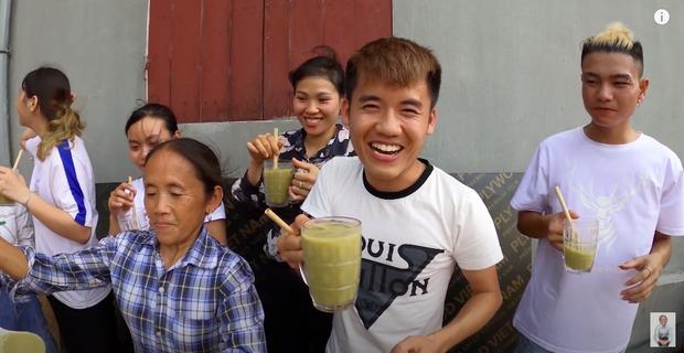 """Bà Tân tung video làm cốc rau má đậu xanh siêu to khổng lồ, nhưng thứ mà dân mạng chú ý nhất lại là một câu """"lỡ lời"""" của Hưng Vlog - Ảnh 15"""