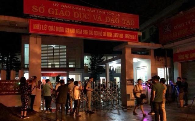 Cảnh sát bảo vệ nhiều tầng lớp trong đêm thứ 2 kiểm tra điểm thi bất thường ở Sơn La - Ảnh 1