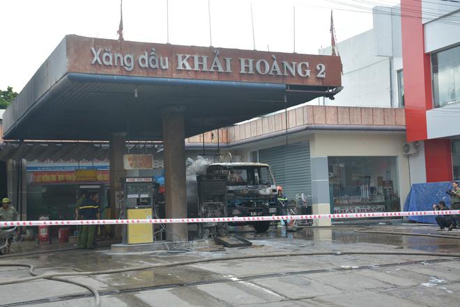 Cháy lớn tại cây xăng dầu gần khu dân cư, nhiều người hỗn loạn - Ảnh 1