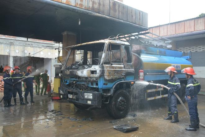 Cháy lớn tại cây xăng dầu gần khu dân cư, nhiều người hỗn loạn - Ảnh 2