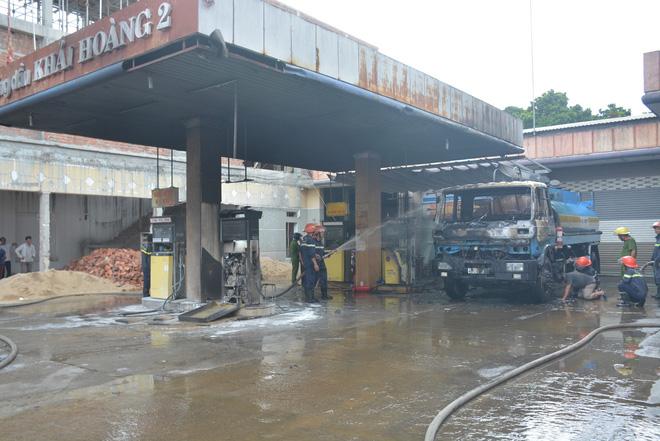 Cháy lớn tại cây xăng dầu gần khu dân cư, nhiều người hỗn loạn - Ảnh 3