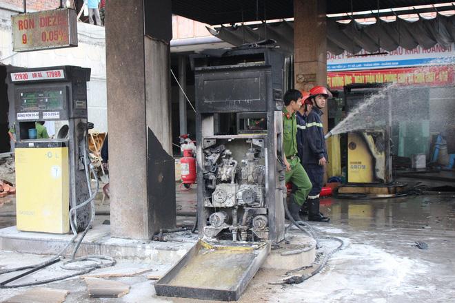 Cháy lớn tại cây xăng dầu gần khu dân cư, nhiều người hỗn loạn - Ảnh 4