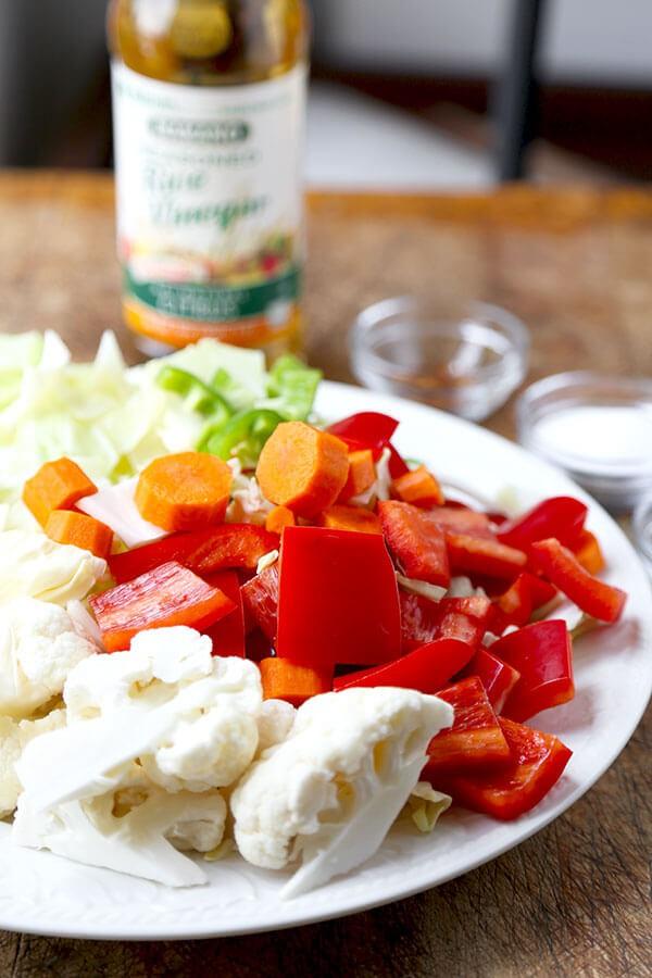 Tôi cho ớt chuông, súp lơ và các loại rau củ khác vào muối chua, mẹ chồng phản đối kịch liệt nhưng rồi chính bà lại khen nhiều nhất - Ảnh 1