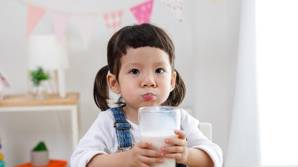 Bác sĩ dinh dưỡng giải đáp 5 'truyền thuyết' về bổ sung canxi và vitamin D cho trẻ - Ảnh 1