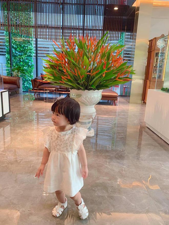 Đặng Thu Thảo khoe con gái lớn phổng phao, thích thú khám phá nơi làm việc của ba là doanh nhân Trung Tín - Ảnh 2