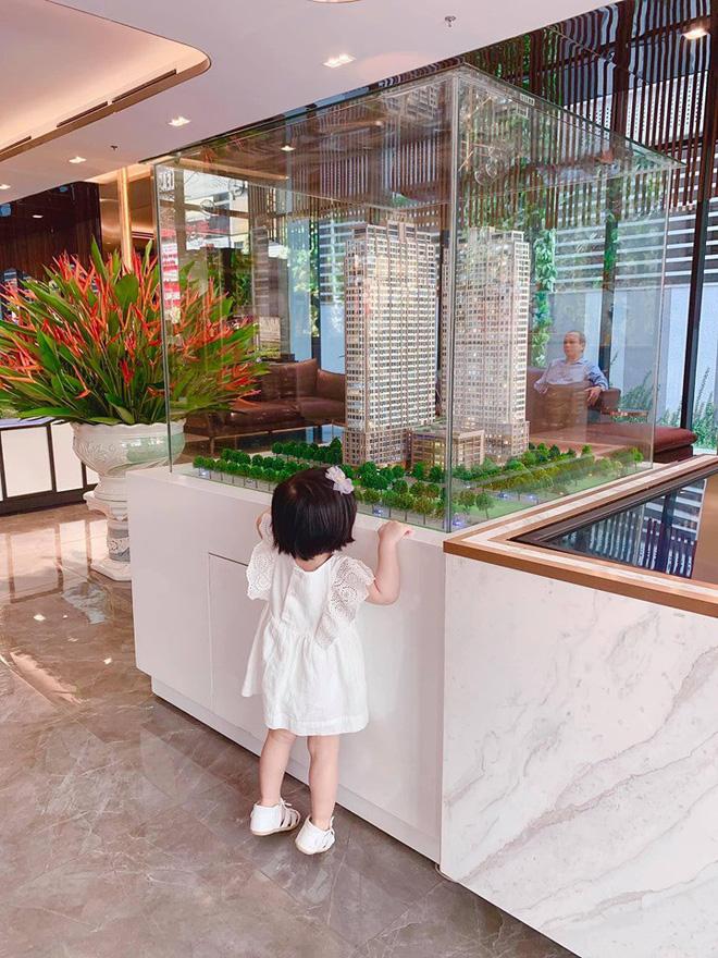 Đặng Thu Thảo khoe con gái lớn phổng phao, thích thú khám phá nơi làm việc của ba là doanh nhân Trung Tín - Ảnh 3