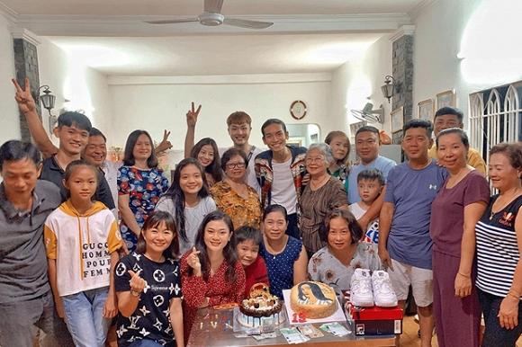 Không chỉ diện đồ đôi, BB Trần còn đưa người yêu về mừng sinh nhật cùng gia đình - Ảnh 4