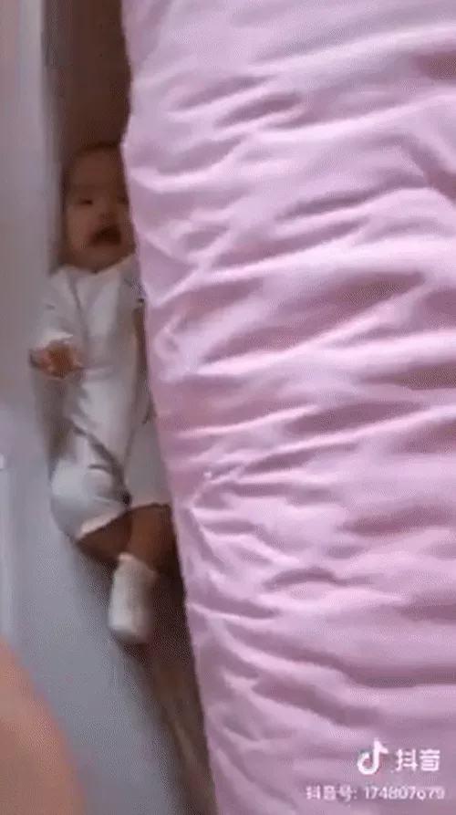 Tối cho con nằm ngủ ngay ngắn trên giường, sáng dậy không thấy con đâu, hóa ra bé 'trốn' vào vị trí hiểm như này - Ảnh 1