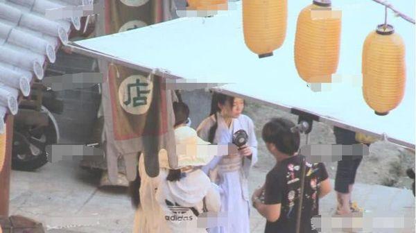 Trịnh Sảng bị chỉ trích khi liên tục bấm điện thoại trên phim trường của tác phẩm mới - Ảnh 2