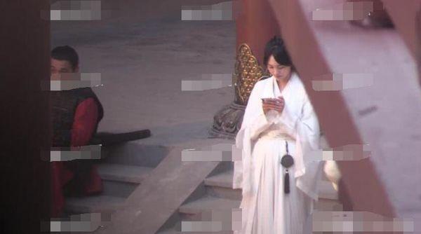 Trịnh Sảng bị chỉ trích khi liên tục bấm điện thoại trên phim trường của tác phẩm mới - Ảnh 6