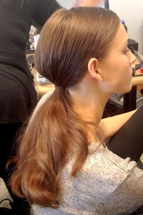 Cách buộc tóc đuôi ngựa thấp kiểu Hàn Quốc đơn giản mà đẹp - Ảnh 4