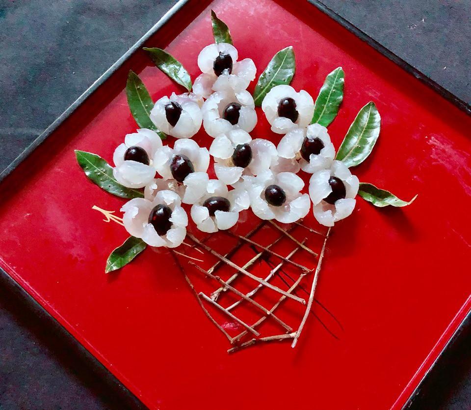 Bóc nhãn trang trí thành lẵng hoa cho bàn ăn thêm sinh động - Ảnh 1