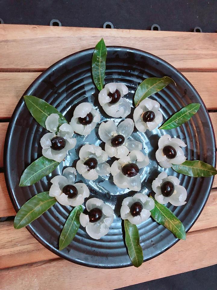 Bóc nhãn trang trí thành lẵng hoa cho bàn ăn thêm sinh động - Ảnh 3