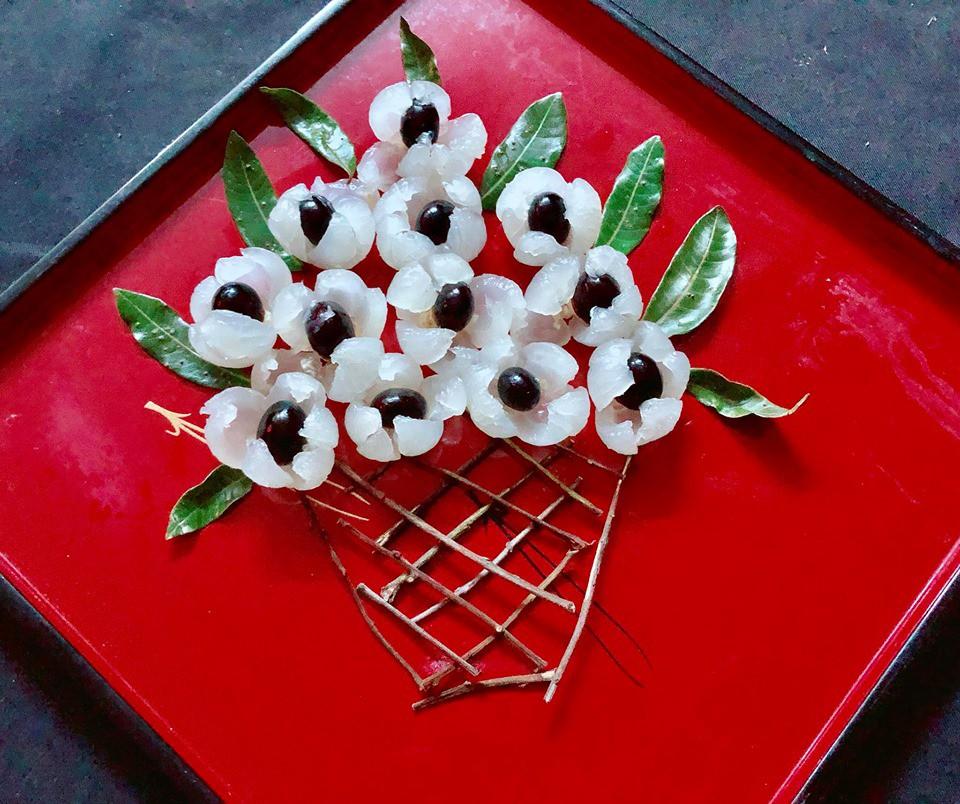 Bóc nhãn trang trí thành lẵng hoa cho bàn ăn thêm sinh động - Ảnh 4