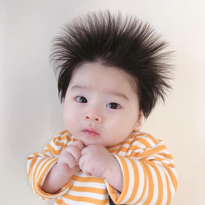 Cậu bé Hàn Quốc với quả đầu chôm chôm đáng yêu đến mức ai cũng muốn đem về nuôi - Ảnh 2