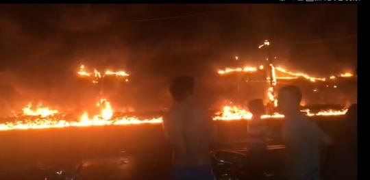 Tai nạn thảm khốc: Xe bồn chở xăng bốc cháy lan vào nhà dân lúc rạng sáng, ít nhất 6 người tử vong  - Ảnh 3