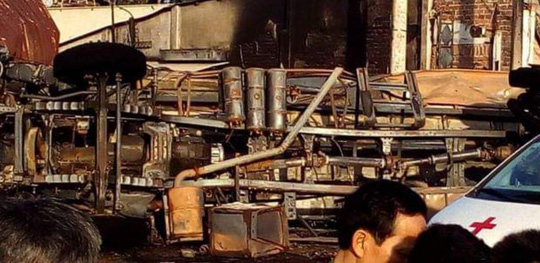 Tai nạn thảm khốc: Xe bồn chở xăng bốc cháy lan vào nhà dân lúc rạng sáng, ít nhất 6 người tử vong  - Ảnh 4