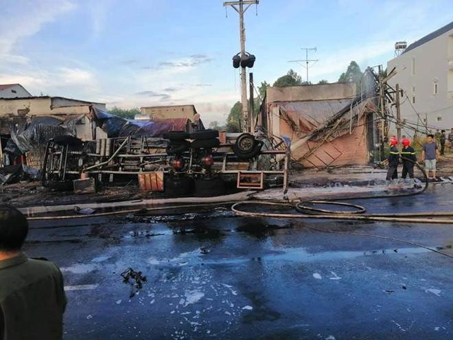 Tai nạn thảm khốc: Xe bồn chở xăng bốc cháy lan vào nhà dân lúc rạng sáng, ít nhất 6 người tử vong  - Ảnh 6